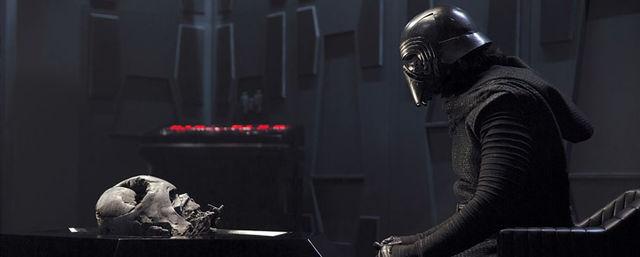 03-Kylo_Ren_Vader_Helmet_Chamber