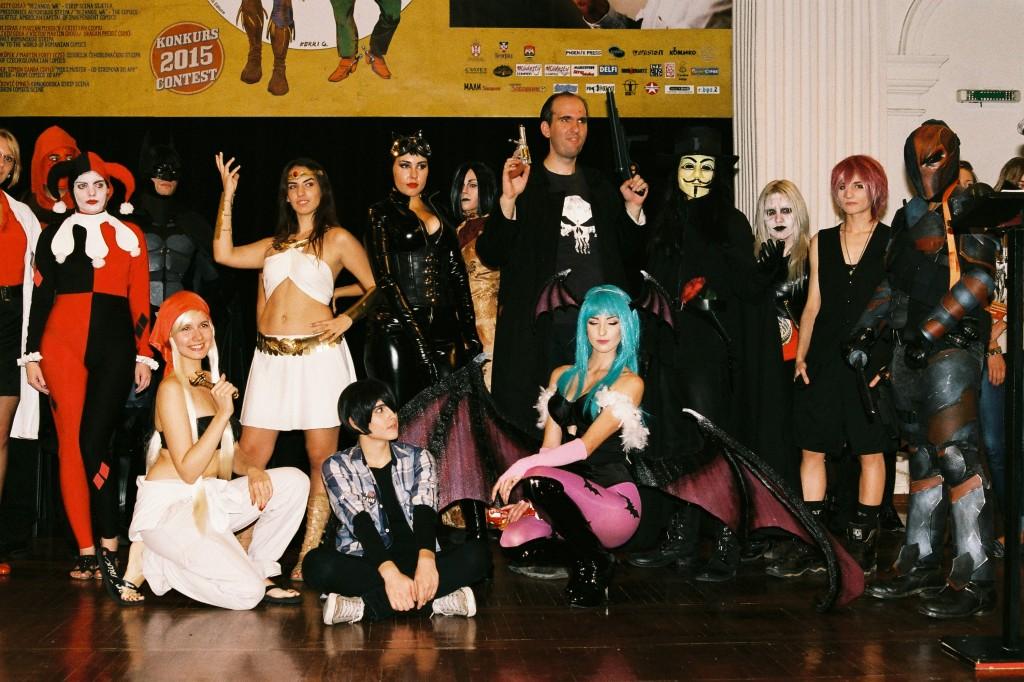 Učesnici kozplej takmičenja, Deathstroke (pobednik) na desnoj strani.